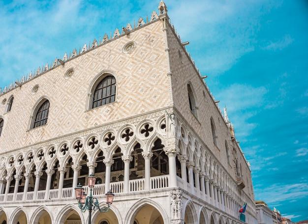 Detail van het venetiaanse gotische stijl dogenpaleis in venetië, italië