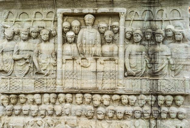 Detail van het voetstuk van de obelisk van theodosius in istanbul, turkije. reliëf dat theodosius i voorstelt, looft de overwinning.