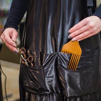 Detail van kapper met hulpmiddelen