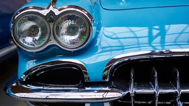 Detail van klassieke auto. close-up van koplamp.