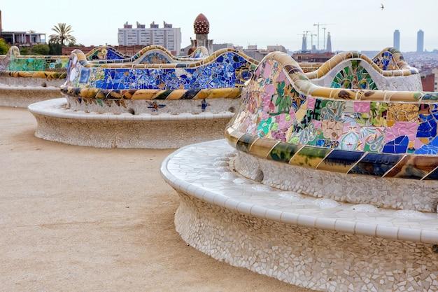 Detail van kleurrijk mozaïekwerk op het hoofdterras van park guell. barcelona van spanje