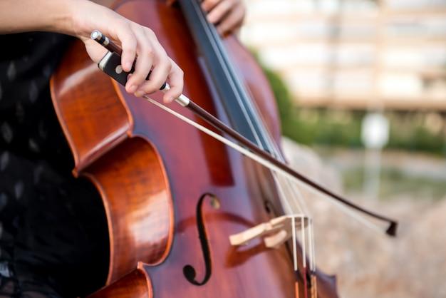 Detail van meisje met haar cello aan de buitenkant