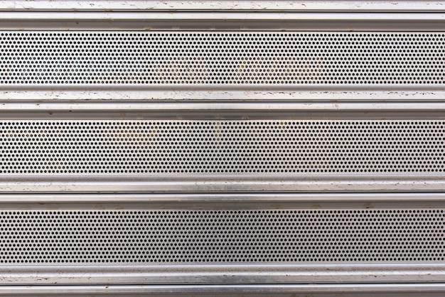 Detail van metalen barrière waar je de verschillende texturen kunt zien