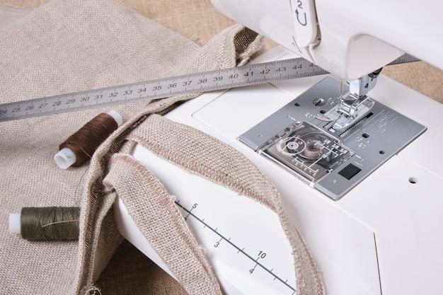 Detail van naaimachine en naaiende toebehoren. kopieer ruimte