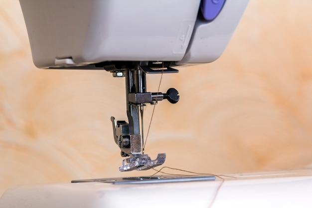 Detail van naaimachine en naaitoebehoren.