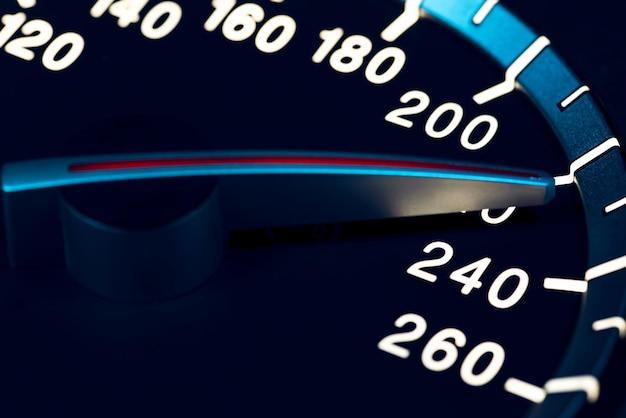 Detail van naald van kilometerteller of snelheidsmeter van een auto met hoge snelheid