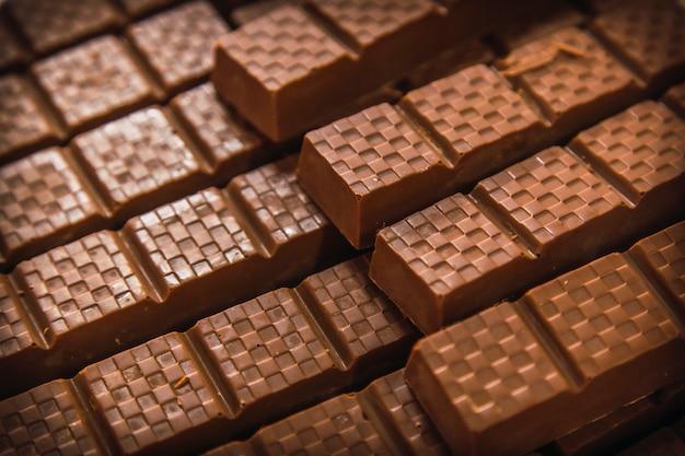 Detail van natuurlijke donkere chocolade gemaakt op roatan island. honduras