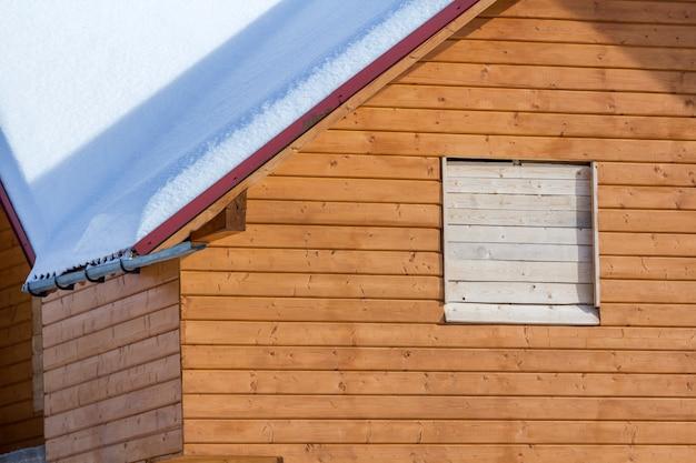 Detail van nieuw houten ecologisch traditioneel plattelandshuisje van natuurlijke timmerhoutmaterialen