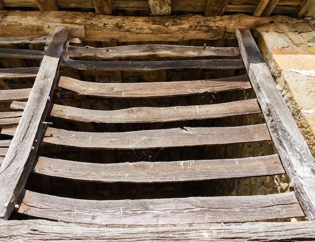 Detail van oude schuur met een houten hek