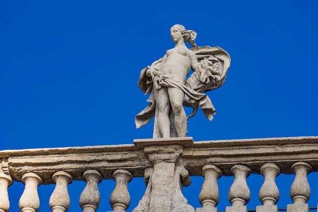 Detail van palazzo maffei met standbeeld van goddelijkheid op piazza delle erbe in verona, italië
