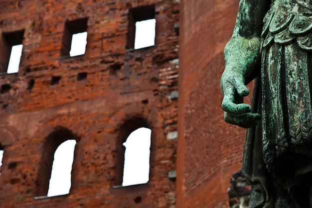 Detail van porte palatine in turijn - italië. romeinse rijk.