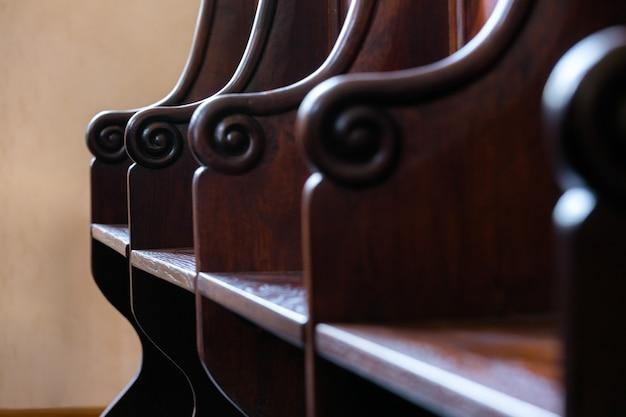 Detail van traditionele hardhouten gerechtsgebouwjury, het zitgedeelte van het kerkkoor.