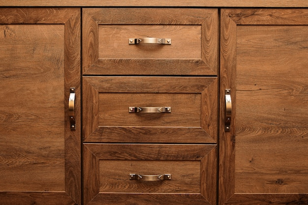 Detail van versierde meubelladen. oude lade - demper.