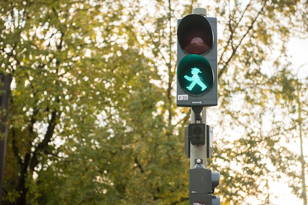 Detail van voetverkeerslicht die de emblematische groene mens van berlijn in berlijn, duitsland tonen