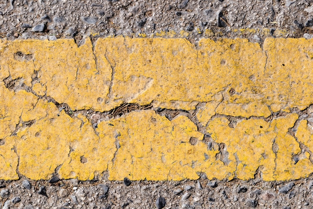 Detail van weg met gele lijn