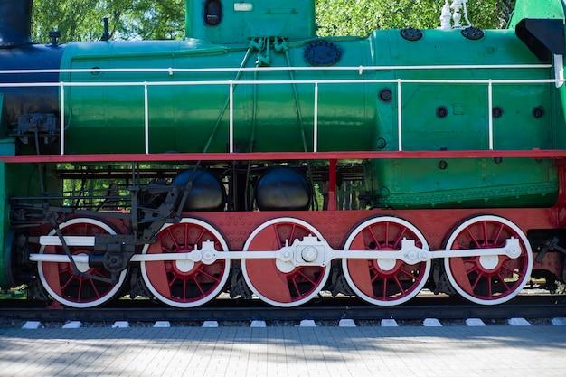 Detail van wielen van een vintage locomotief van de stoomtrein