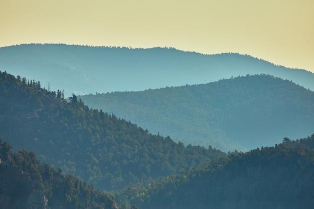 Detaillandschap van bergen die in mist in lagen ophopen