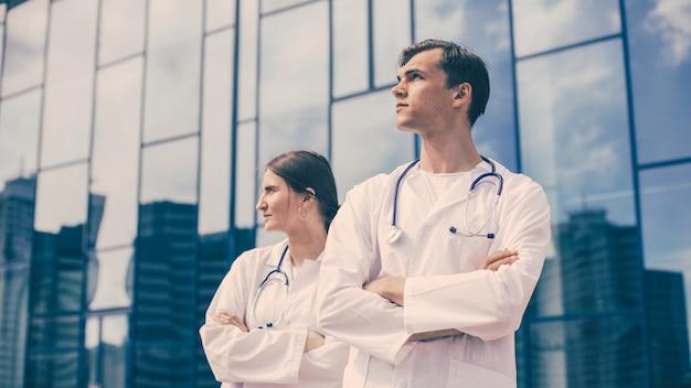 Detailopname. ambulance artsen staan op een straat in de stad. foto met een kopie-ruimte.