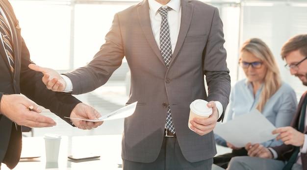 Detailopname. bedienden die zakelijke documenten bespreken. kantoor werkdagen.