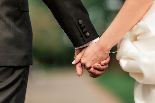 Detailopname. bruid en bruidegom lopen samen. vakanties en evenementen