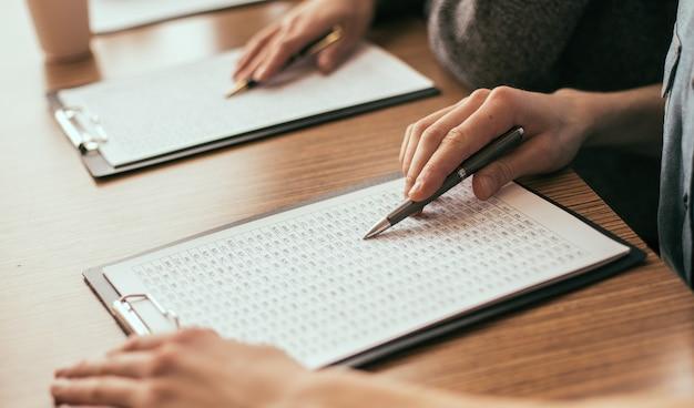 Detailopname. business team dat financiële documentatie controleert.