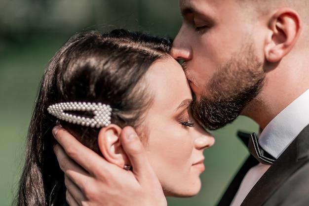 Detailopname. de bruidegom kuste zijn bruid. vakanties en evenementen