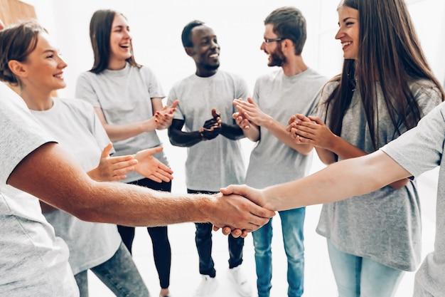 Detailopname. de handdruk van de afgevaardigden van de jongerentopstudenten. zaken en onderwijs