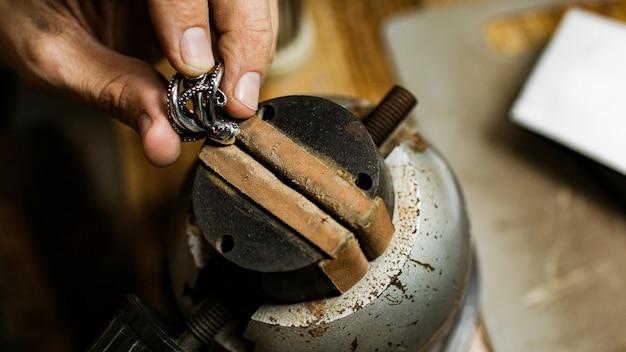 Detailopname. de juwelier maakt een zilveren ring. op het eiland bali. indonesië
