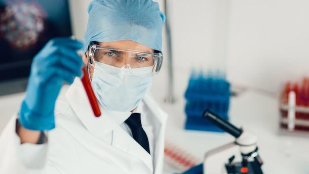 Detailopname. de wetenschapper die zorgvuldig naar de reageerbuis kijkt. wetenschap en gezondheid.