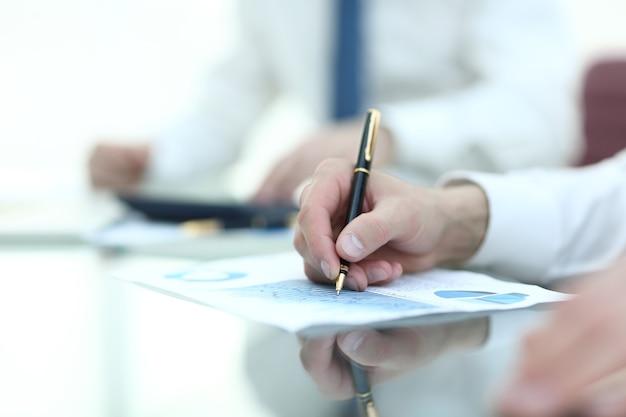 Detailopname. de zakenman controleert het financiële schema.