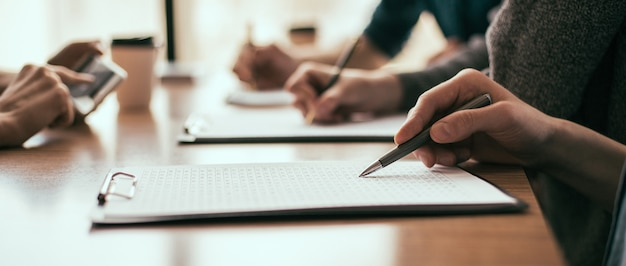 Detailopname. een groep medewerkers werkt met zakelijke documenten. bedrijfsconcept.