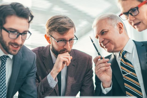 Detailopname. een groep professionals die werkkwesties bespreken. bedrijfsconcept