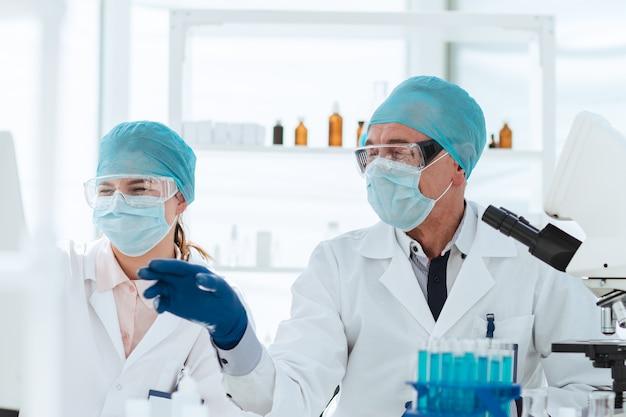 Detailopname. een groep wetenschappers die online gegevens in het laboratorium bespreken. wetenschap en gezondheid.