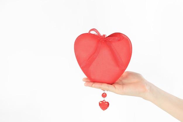 Detailopname. een rood hart in de hand van een vrouw