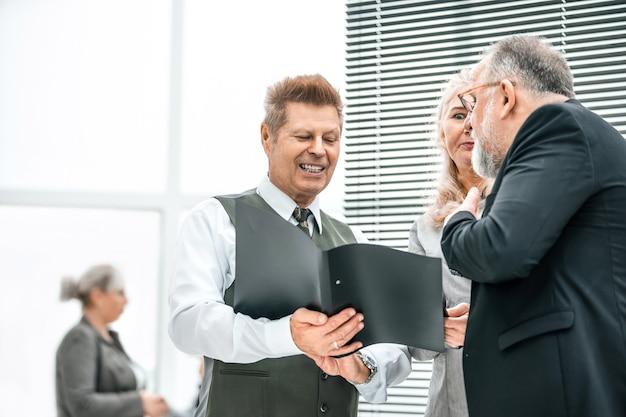 Detailopname. ervaren bedrijfsmedewerkers die zakelijke documenten bespreken. kantoor weekdagen