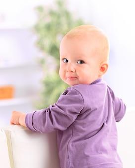 Detailopname. gelukkige baby kijken naar de camera. mensen, kinderen, emoties.