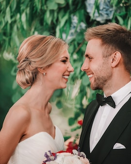 Detailopname. gelukkige bruid en bruidegom kijken naar elke onderkant van elk