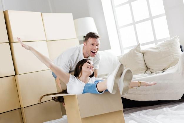Detailopname. gelukkige man en vrouw die plezier hebben in hun nieuwe appartement