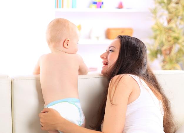 Detailopname. gelukkige moeder speelt met haar baby. mensen, kinderen, emoties.
