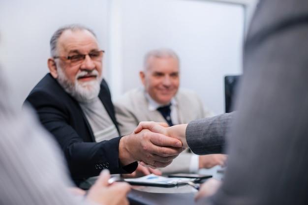 Detailopname. handdruk van zakenmensen tijdens een werkvergadering. het concept van samenwerking