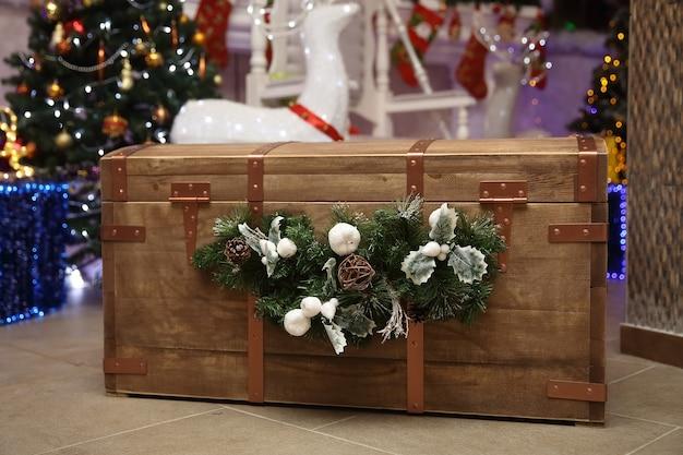 Detailopname. houten kist met kerstcadeaus