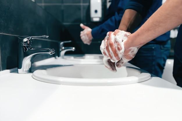 Detailopname. hun handen grondig wassen.