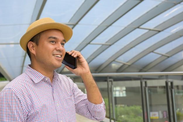 Detailopname. jonge aziatische man met behulp van slimme telefoon.