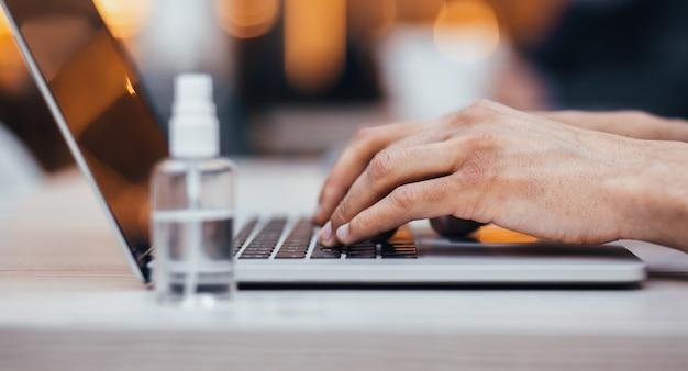Detailopname. jonge man te typen op een laptop. persoonlijke hygiëne en gezondheidszorg
