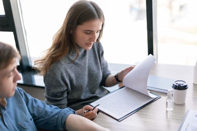 Detailopname. jonge vrouw die met zakelijke documenten werkt. bedrijfsconcept