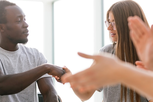 Detailopname. jongeren begroeten elkaar met een handdruk