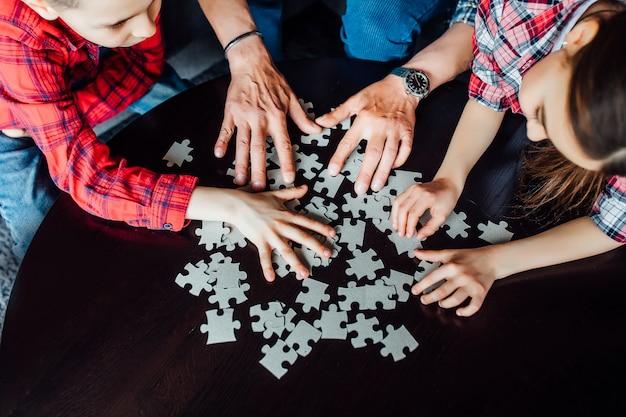 Detailopname . kinderen handen montage puzzel.
