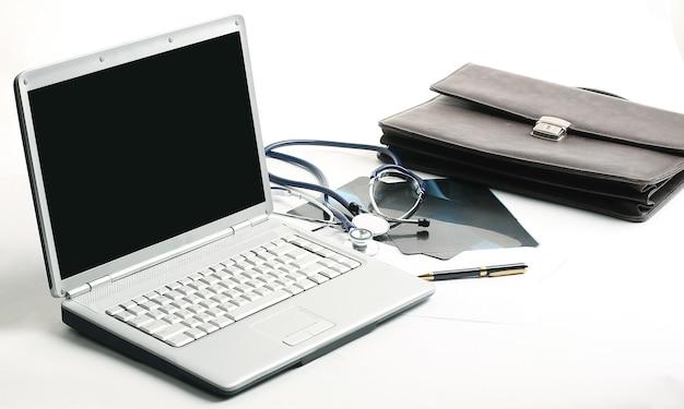 Detailopname. laptop en stethoscoop op de werkplek therapeut .the concept van gezondheid