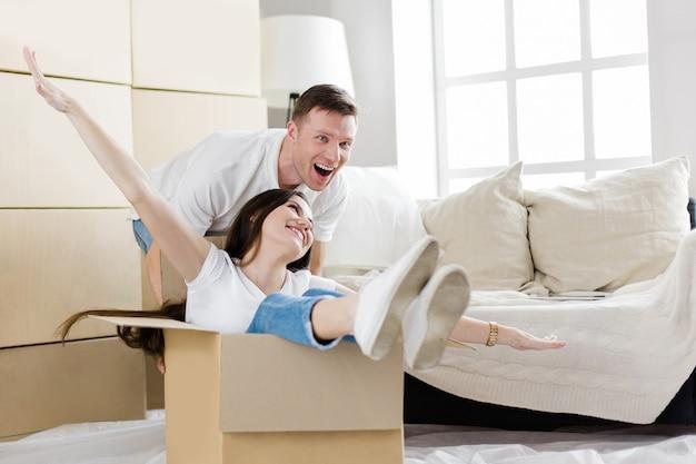 Detailopname. man en vrouw veel plezier met het uitpakken van dozen in hun nieuwe appartement