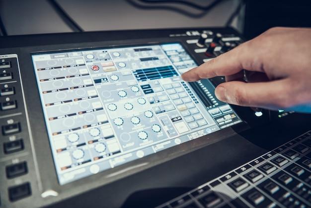 Detailopname. mixer in geluidsstudio van geluidsproducent. geluidstechnicus opnemen lied in de studio.